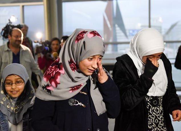 بالصور : المطارات الأمريكية تفتح أبوابها مجدداً للمحظورين بعد تعليق القضاء قرار ترامب