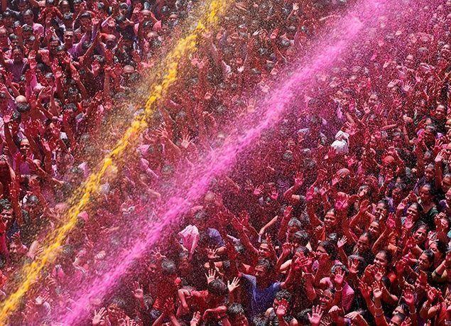 بالصور : الهند تحتفل بمهرجان الألوان