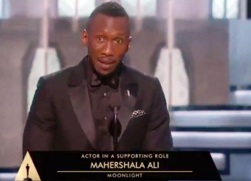 أول ممثل مسلم يفوز بجائزة أوسكار عن دوره كـ تاجر مخدرات في فيلم مونلايت