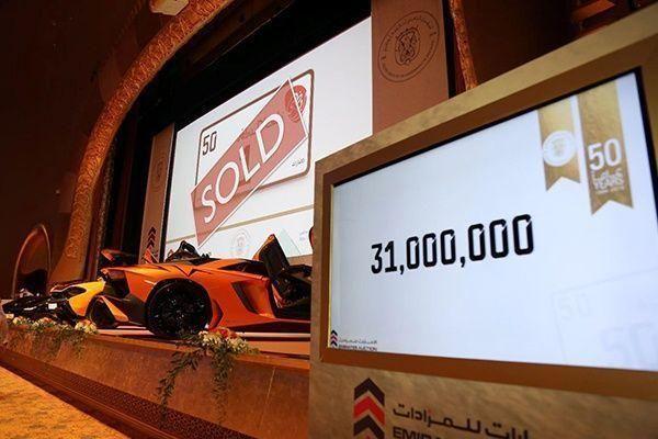 """بدء محاكمة خليجي اشترى بـ31 مليون درهم لوحة سيارة """"1 أبو ظبي"""" بشيك بدون رصيد"""