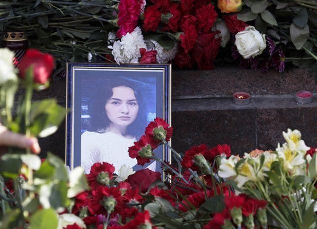 """بالصور : شموع وورود تكريماً لضحايا """"مترو بطرسبرج"""""""