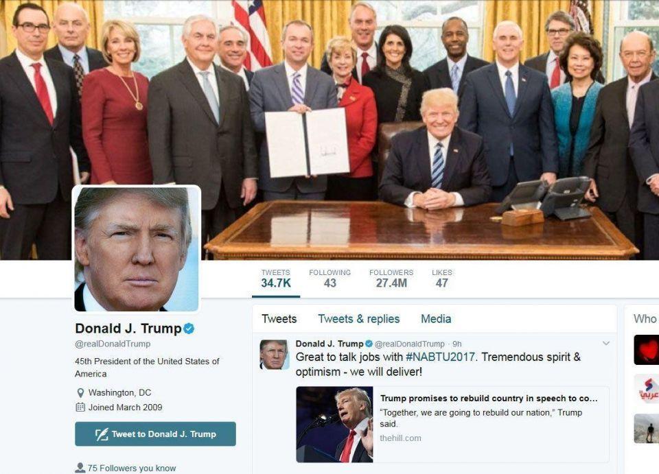 ترامب يثير ضجة بأسلوب جلوسه في الصور على مواقع التواصل