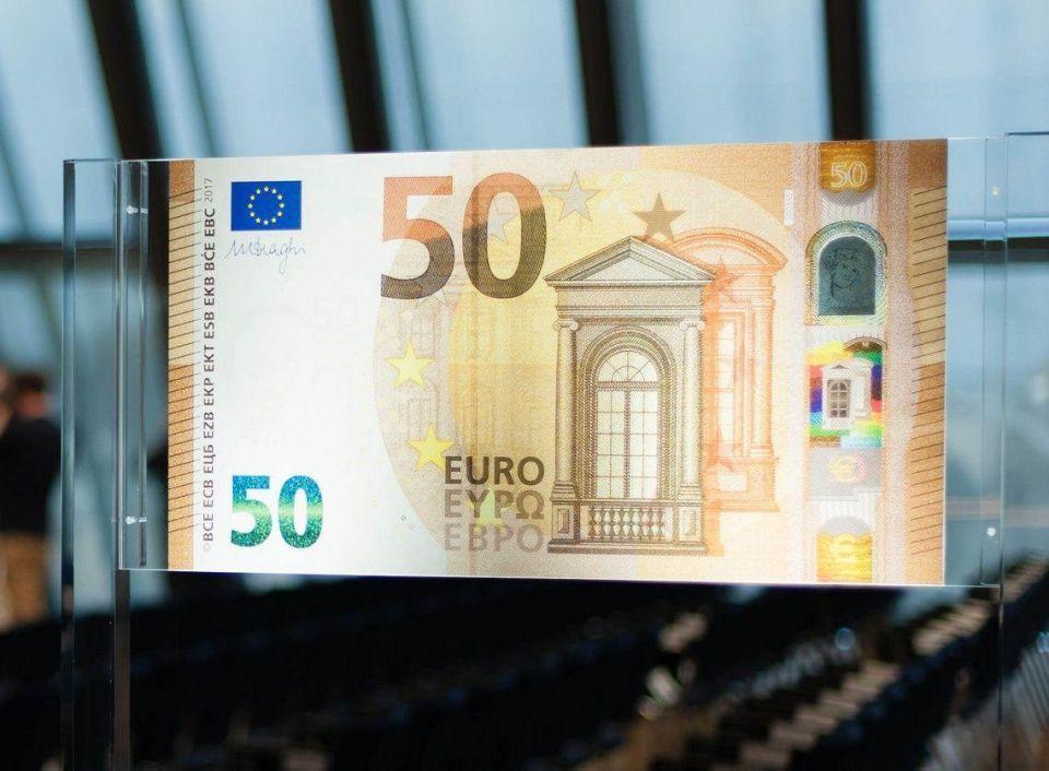 بدء تداول ورقة نقدية جديدة من فئة 50 يورو بمزايا أمنية لمواجهة التزوير