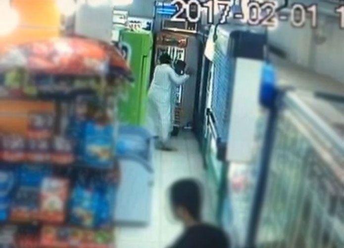 فيديو: مواطن سعودي يطعن آخر داخل محل تجاري