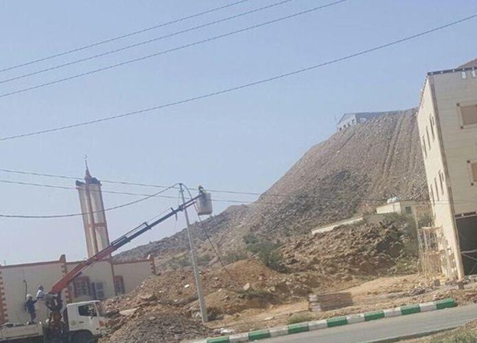 سعودي يبني منزلاً فوق أسلاك الكهرباء بمخطط حكومي