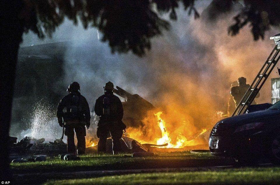 مقتل شخص وإصابة أربعة بعد سقوط طائرة صغيرة على منزل في كاليفورنيا