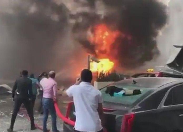 احتراق سيارات إثر سقوط رافعة في شارع الشيخ زايد بدبي