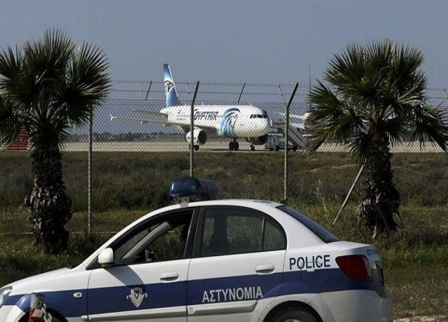 اللقطات الأولى لخروج الركاب من الطائرة المصرية المخطوفة