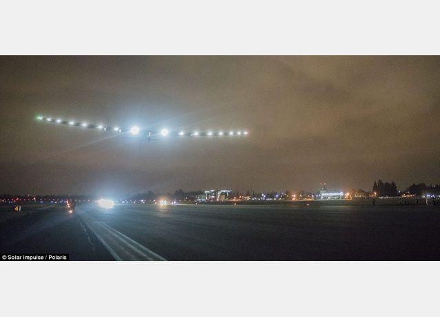 طائرة سولار امبلس 2 التي تعمل بالطاقة الشمسية تهبط في أريزونا ضمن جولتها حول العالم