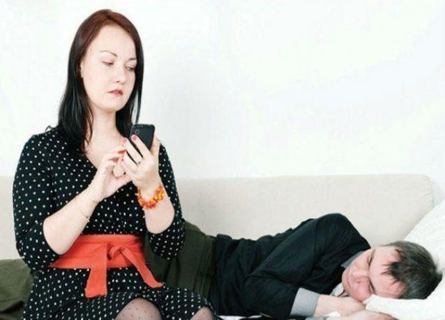 امرأة تواجه الترحيل من الإمارات وغرامة لفحصها هاتف زوجها المحمول دون إذنه