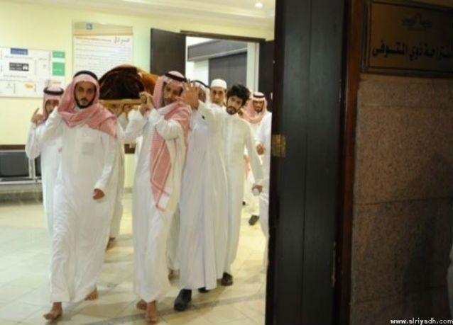 """جموع غفيرة تشيّع جثمان """"الأم السعودية المغدورة"""" إلى مثواها الأخير"""