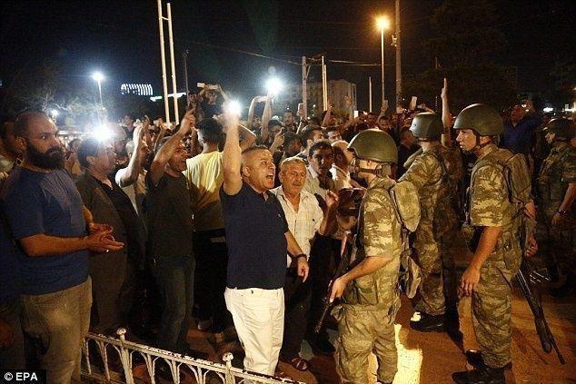 اعتقال 754 من أفراد القوات المسلحة التركية بعد محاولة الانقلاب