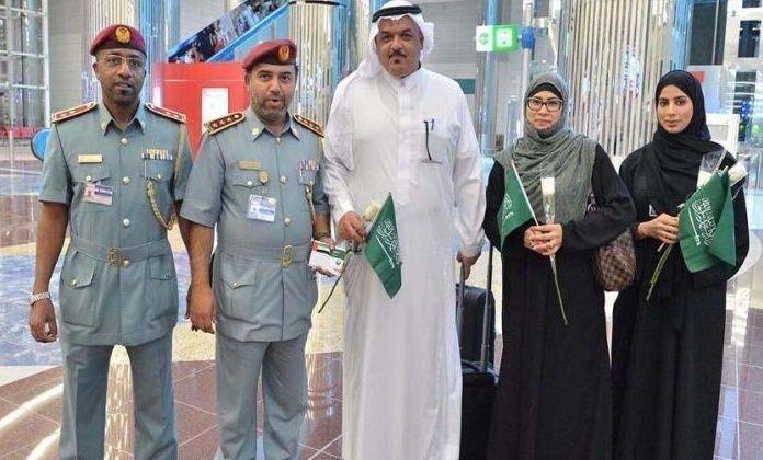 إقامة دبي تستقبل السعوديين بالورود احتفالا بيومهم الوطني