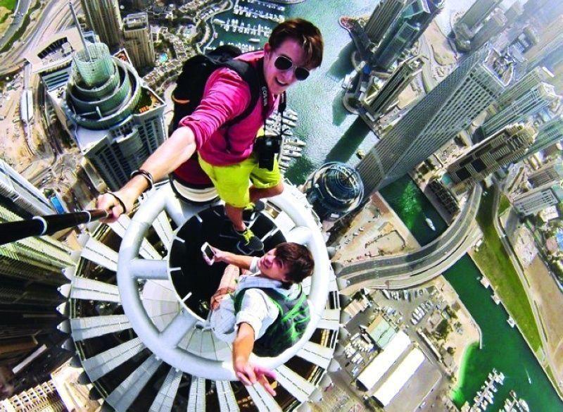 شرطة دبي: استعراضات السيلفي فوق الأبراج جناية