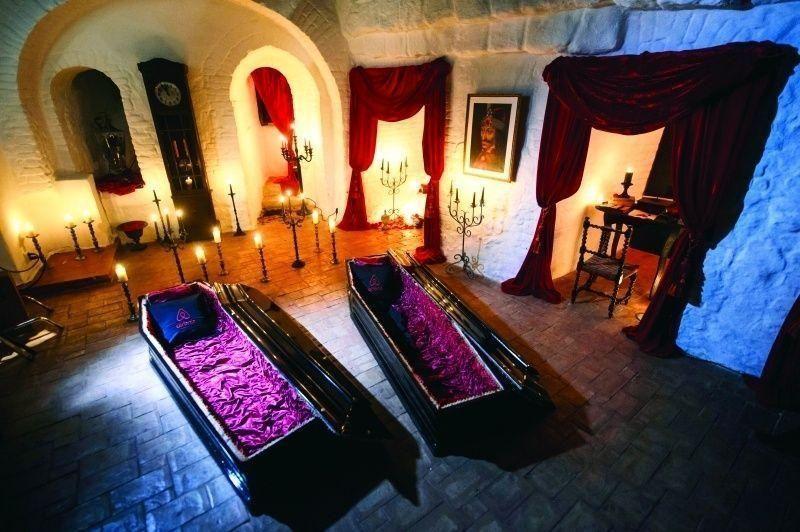 مسابقة للفوز بإقامة سياحية بتابوتين داخل قلعة دراكولا