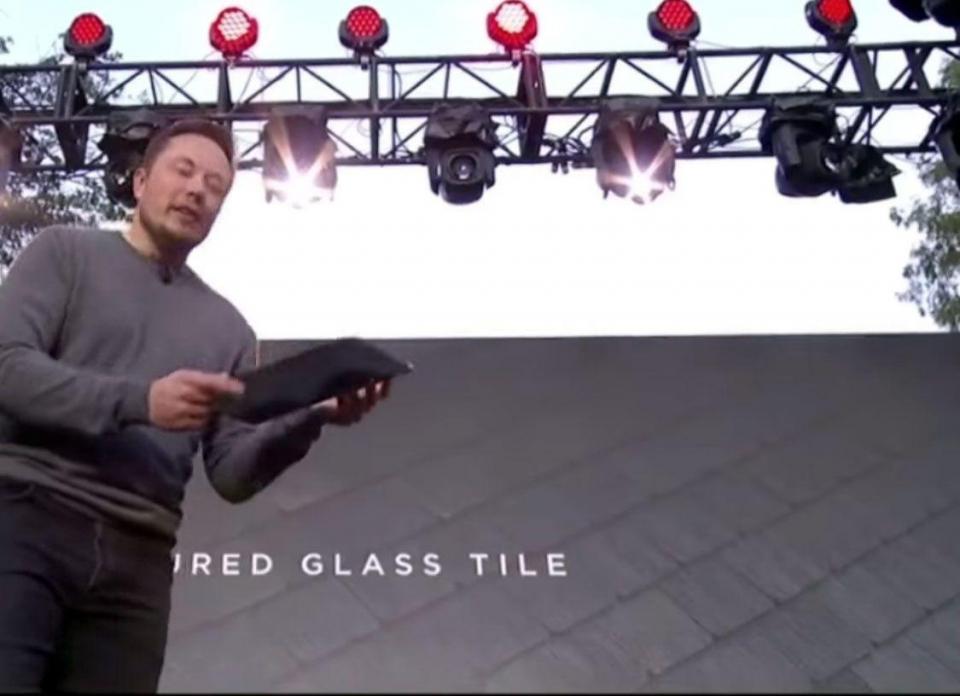 بالفيديو: تيسلا تكشف عن أسقف طاقة شمسية بتصميم مميز وبطارية مدمجة تدوم طويلا