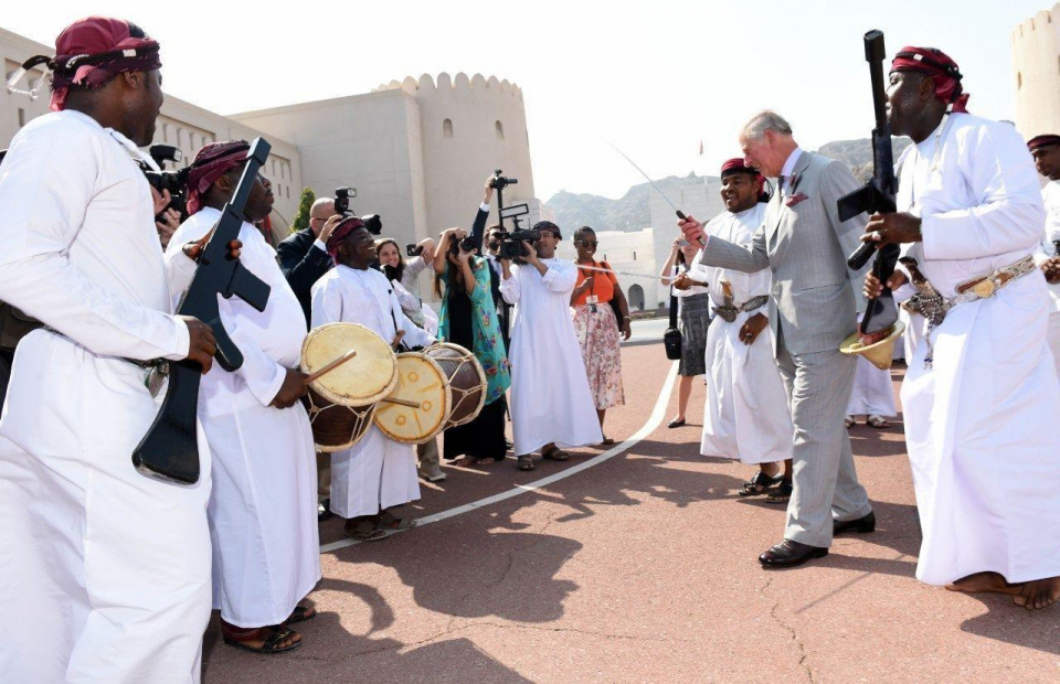 الأمير تشارلز وحرمه يشهدان عرضًا للفنون التقليدية العُمانية