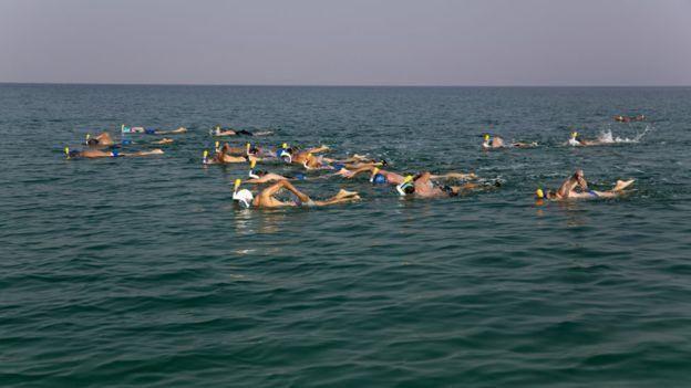 سباحون يخاطرون بعبور البحر الميت لأول مرة في حملة بيئية