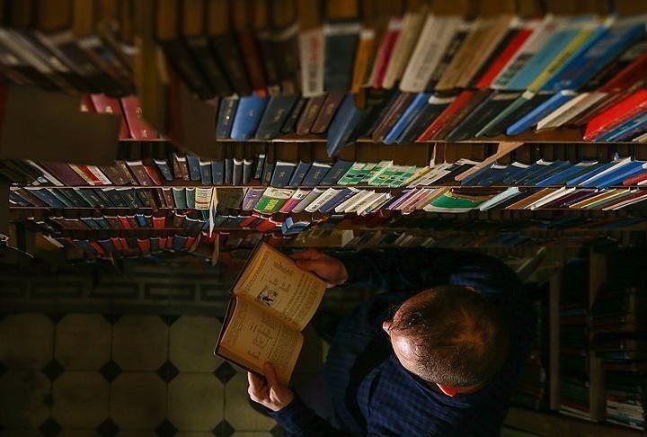 """كاتب يمني معروف يعرض مكتبته الخاصة للبيع لـ""""إطعام أسرته"""""""