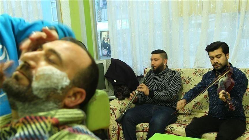 في تركيا ...فرقة موسيقية تحتفل بقص شعرِكَ