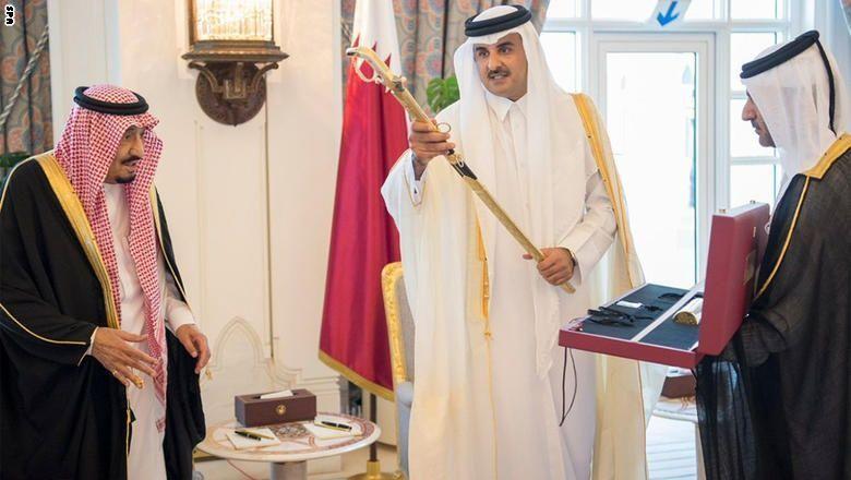 """أمير قطر يستقبل خادم الحرمين الشريفين ويسلمه """"سيف المؤسس"""""""