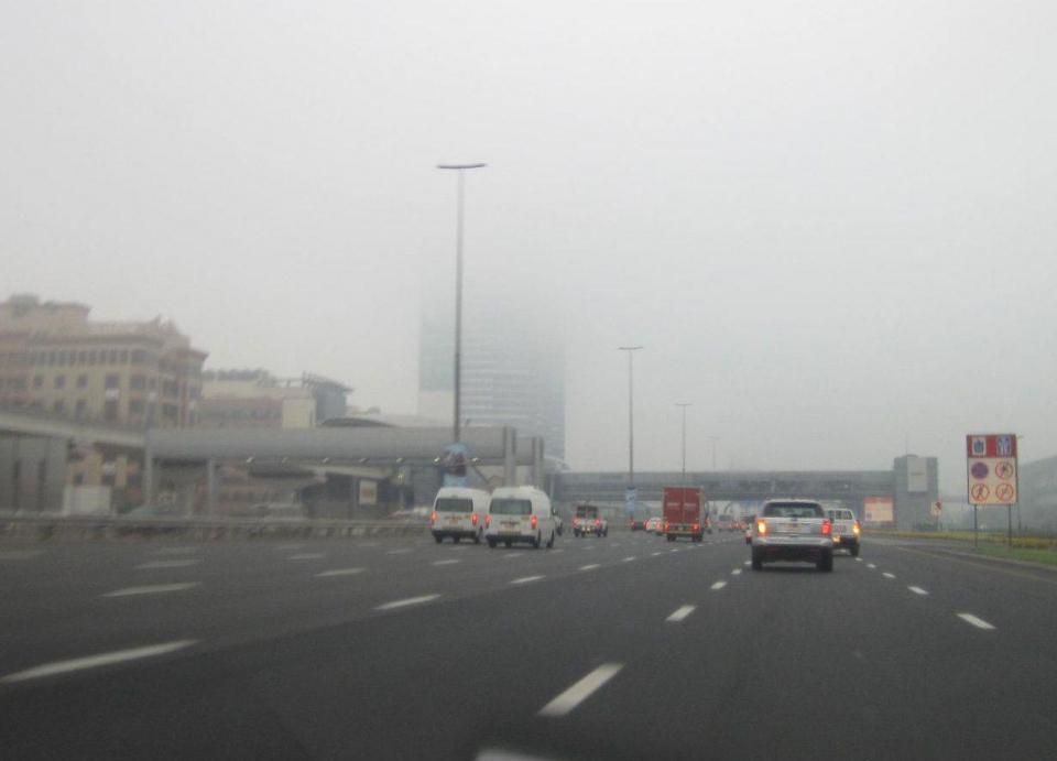 الإمارات: تحذير من تدني الرؤية بسبب الضباب