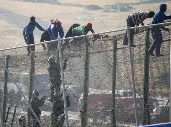 أكثر من ألف مهاجر أفريقي يحاولون اقتحام السياج الحدودي بين المغرب وإسبانيا