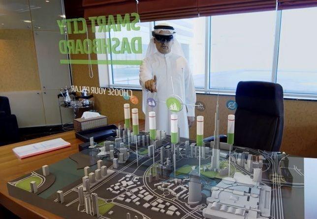 """هيئة كهرباء ومياه دبي تتبنى تقنية """"هولولينس"""" من مايكروسوفت"""