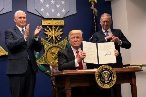قرار الحظر الأمريكي يتسبب في فوضى وذعر وغضب حول العالم