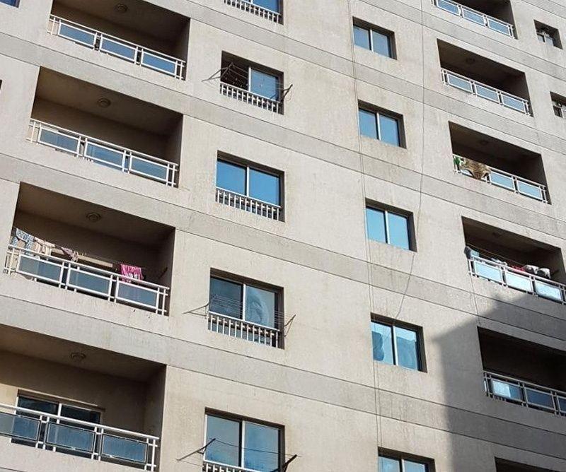 وفاة أم وإصابة رضيعتها بعد سقوطهما من الطابق الخامس في عجمان