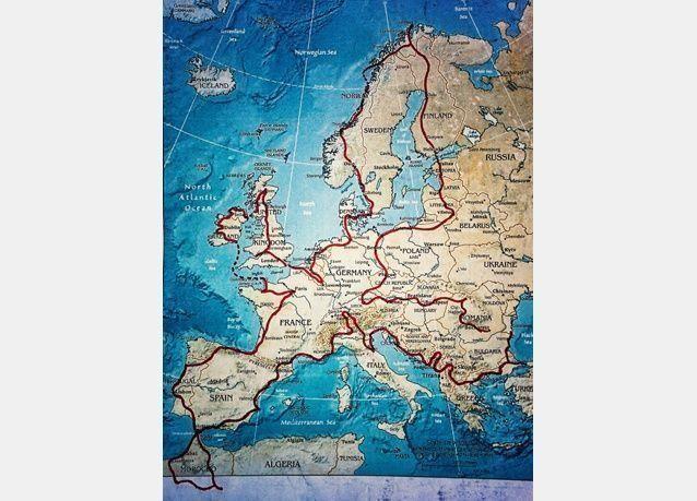 بالصور: مسافر يصطحب ابنه ذو 4 سنوات في جولة حول أوروبا على دراجة نارية