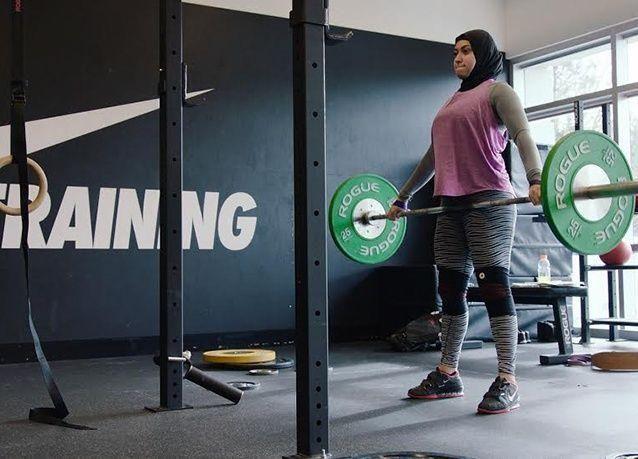 """بالصور : لاعبة الأثقال الإماراتية """"آمنة الحداد"""" تكسر قواعد الرياضة وتطمح بالوصول إلى الألعاب الأولمبية 2016"""