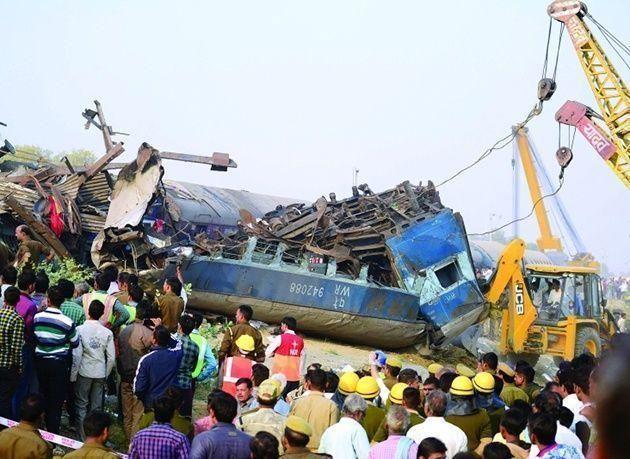 بالصور : 120 قتيلا على الأقل في حادث خروج قطار عن سكته في الهند
