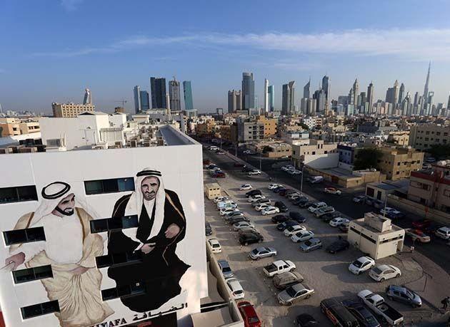 """بالصور : جداريات ملونة تزين مباني دبي ضمن مشروع شارع """"الثاني من ديسمبر"""""""