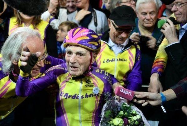 فرنسي عمره 105 أعوام يحطم الرقم القياسي العالمي في سباق الدراجات