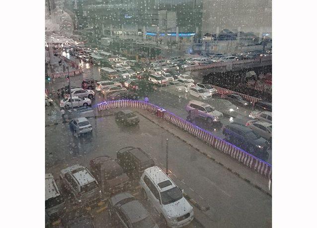 بالصور : أمطار غزيرة تغرق الشوارع وتعرقل حركة المرور في الرياض