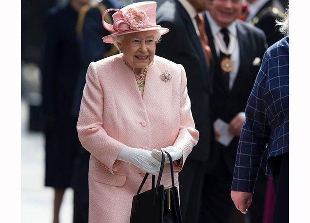 """بالصور : ماذا تخبئ ملكة بريطانيا """"إليزابيث الثانية"""" داخل حقيبتها ؟"""