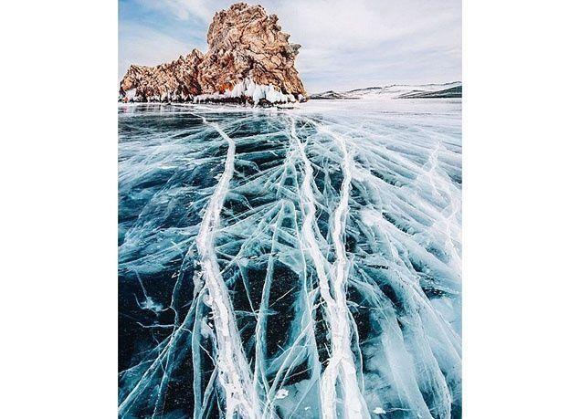 """بالصور : """"بايكال"""" أعمق وأقدم بحيرة عذبة في العالم .. مغطاة  بكرات من الهواء المتجمد"""