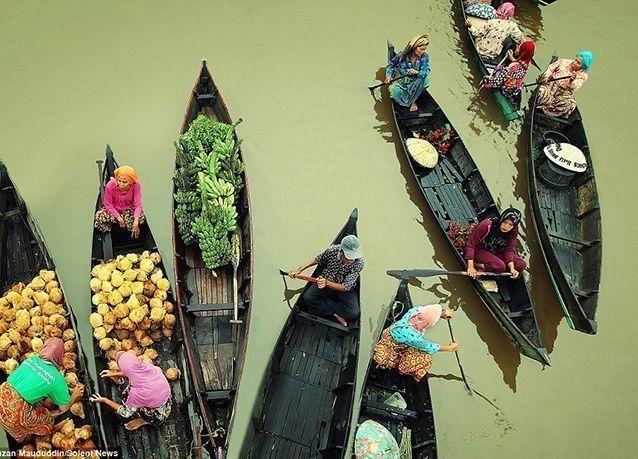 بالصور : الأسواق العائمة في إندونيسيا