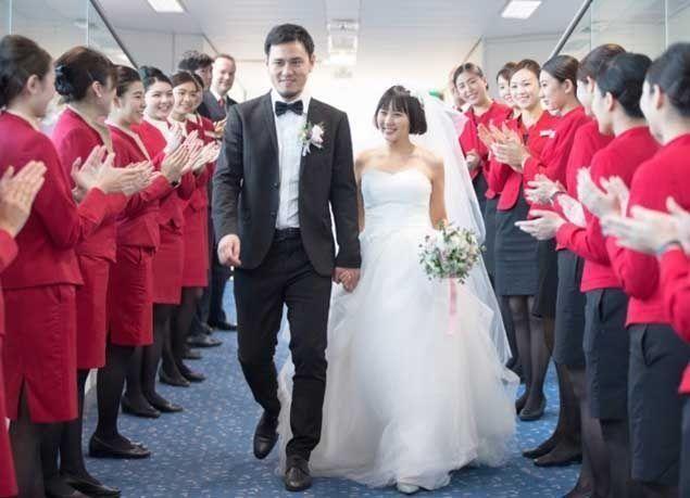 بالصور : ثنائي صينيان يحتفلان بزفافهما على متن طائرة