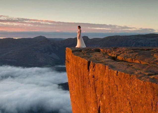 بالصور: عروسان يقطعان 10 آلاف كم لالتقاط صور الزفاف