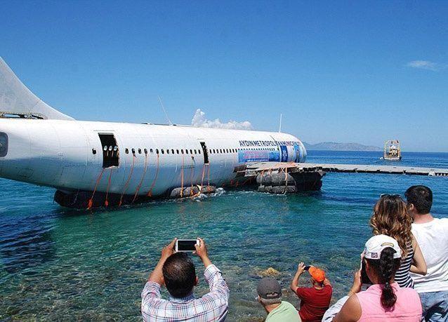بالصور : تركيا تغرق طائرة ركاب لتشجيع سياحة الغوص