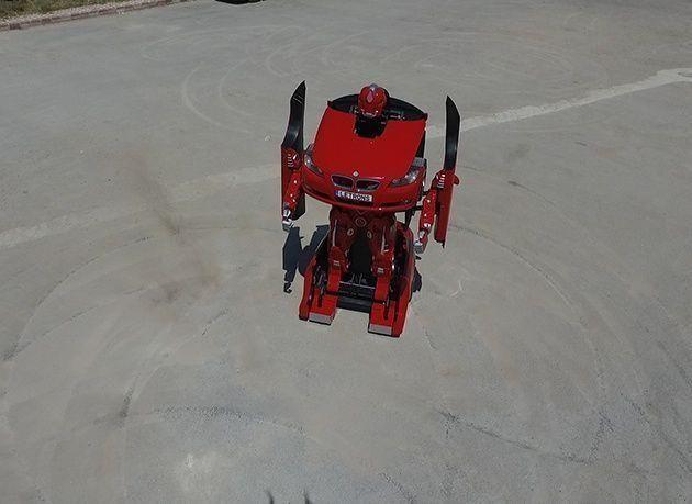 بالصور : أبوظبي تشهد عرض سيارة تتحول إلى روبوت عملاق لأول مرة في العالم