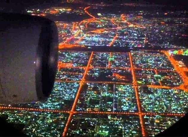 شاهد : لقطات مذهلة لدبي ليلاً من ارتفاع 10 آلاف متر بعدسة طيار بالخطوط القطرية
