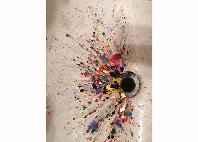 بالصور :  شاهد لوحات فنية تشكلت دون قصد من انسكاب الألوان