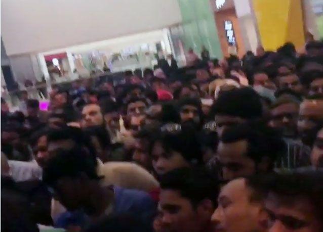 حشود من 20 ألف يتسببون بتأجيل افتتاح متجر إلكترونيات في مول قطر