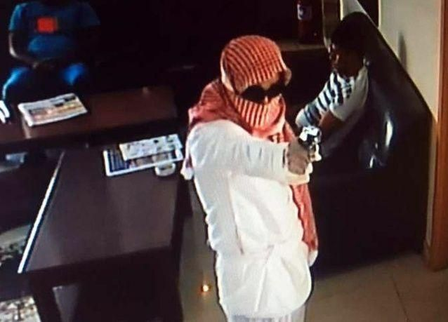 الكشف عن صورة أملثم ارتكب مع رفيقه عملية سطو مسلح في مطعم في جدة