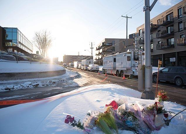 """بالصور : وقفة بالشموع والورود حداداً على ضحايا مسجد """"كبيبك"""" في كندا"""