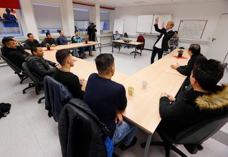 تدريب اللاجئين المسلمين في ألمانيا على إقامة صداقات والتغزل بالنساء