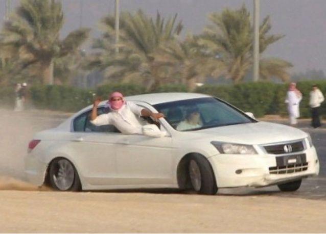 الشرطة السعودية ترعى حلبة تفحيط أمام آلاف الشبان!